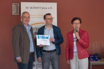 Heike Taubert überreicht die Lottomittel an den SV SCHOTT Jena